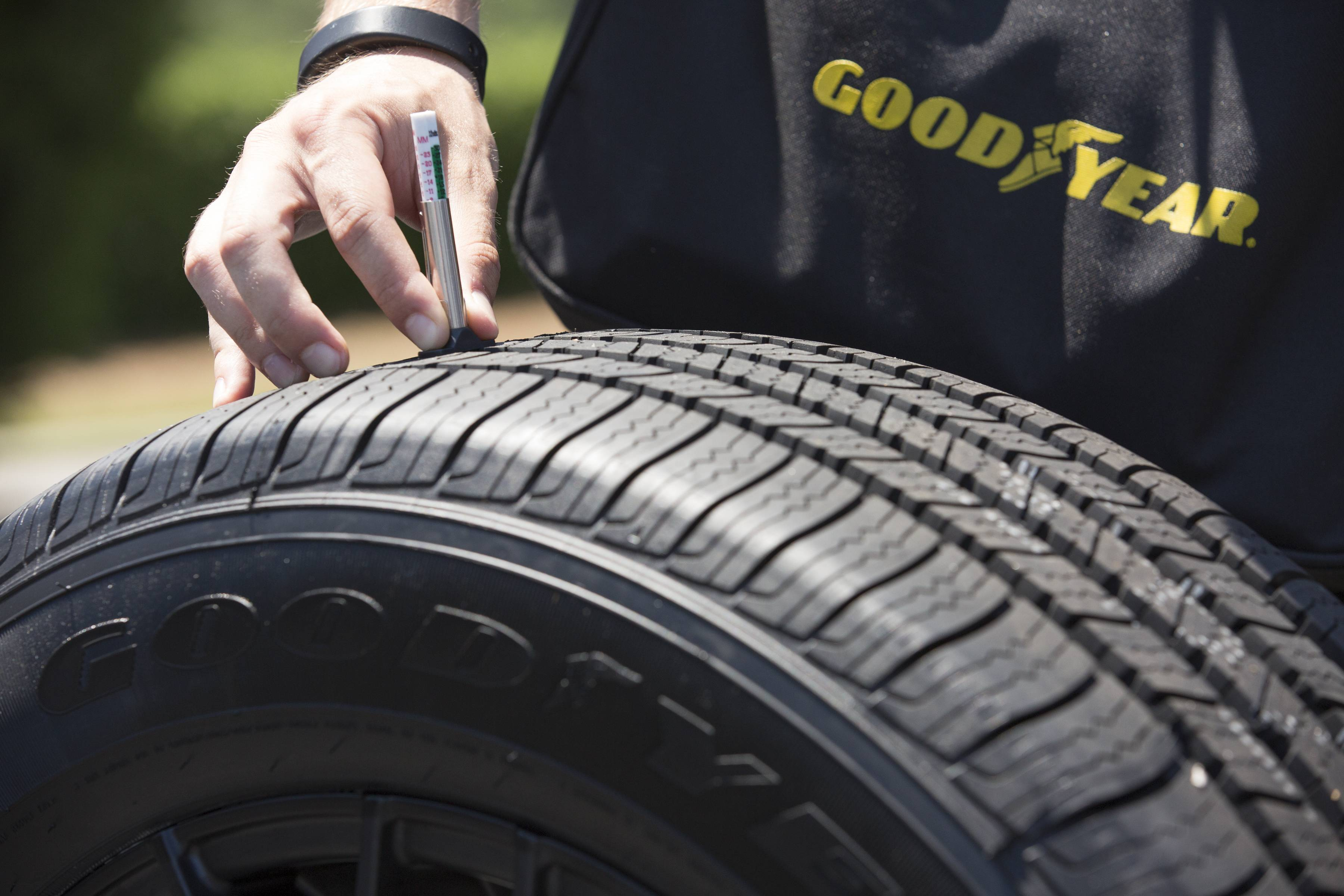 Měření hloubky dezénu na pneumatikách Goodyear
