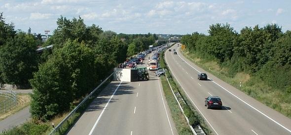nedodržení bezpečné vzdálenosti, nehoda na dálnici