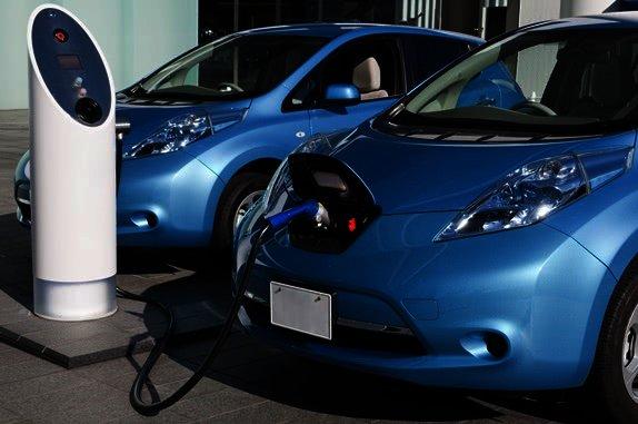 Elektromobil se nabíjí