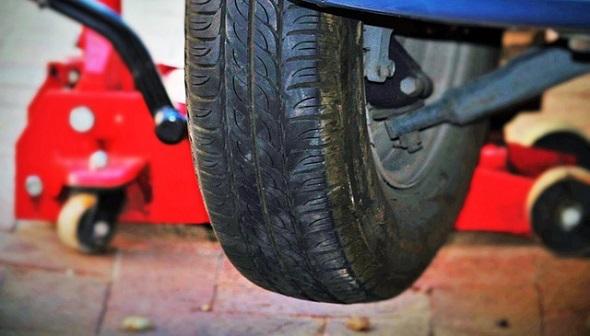 Auto na zvedáku, výměna pneu, přezutí pneumatik